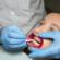 Pose d'un appareil dentaire par l'orthodontiste